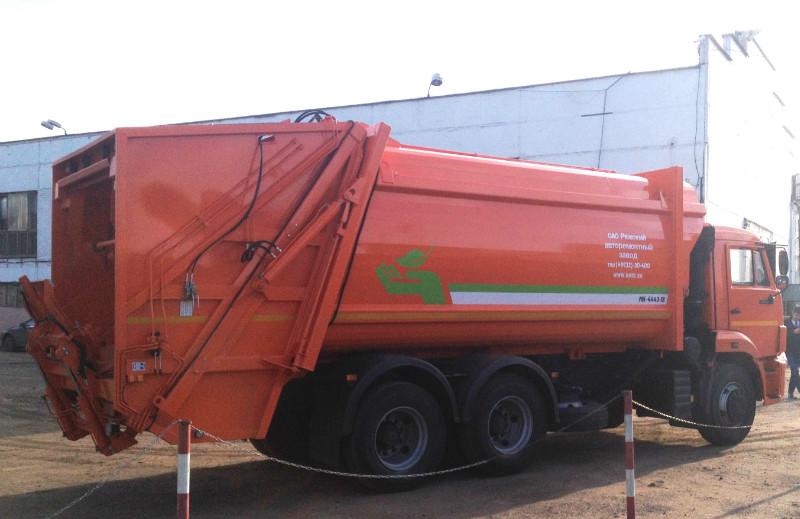 Новые модели мусоровозов с задней загрузкой: фото 2